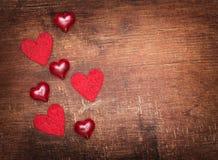 在老木背景的红色华伦泰心脏 免版税库存照片