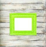 在老木背景的绿色葡萄酒画框 库存照片