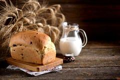 在老木背景的自创葱味面包 土气样式 免版税库存图片