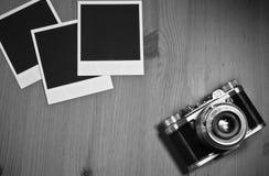 在老木背景的静物画三空白的立即照片框架与与拷贝空间的老减速火箭的葡萄酒照相机 库存照片
