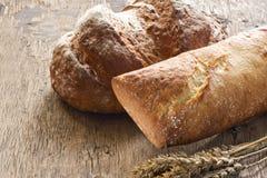 在老木背景的面包 免版税图库摄影