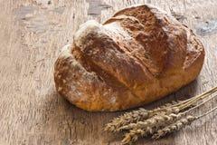 在老木背景的面包 免版税库存图片