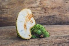 在老木背景的Guanabana -异乎寻常的热带水果-从越南的地方果子 免版税库存图片