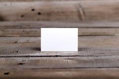 在老木背景隔绝的名片 免版税库存图片