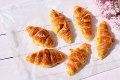在老木背景,浪漫早餐的新鲜的法国新月形面包在庭院里 免版税库存照片