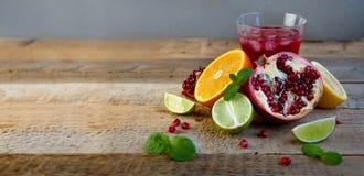 在老木表上的成熟柑桔 桔子,石灰,柠檬薄荷 健康的食物 夏天背景 库存照片