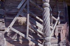 在老木谷仓墙壁上的历史农业工具 免版税库存图片