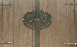 在老木门的两副马掌 库存照片