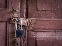 在老木门的新的锁 免版税库存图片
