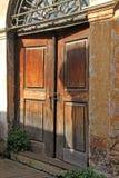 在老木门的生锈的挂锁 免版税图库摄影