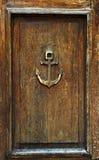在老木门的船锚 库存照片