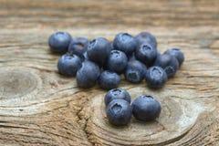 在老木头片断的蓝莓  免版税图库摄影