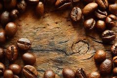 在老木头的咖啡豆与拷贝空间 库存照片