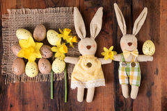 在老木头的复活节葡萄酒装饰可爱的复活节兔子 顶视图 库存图片