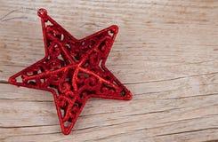 在老木头的明亮的红色星 免版税库存图片