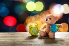 在老木头的玩具熊玩具在自然背景中 免版税库存照片
