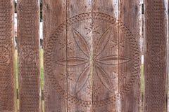 在老木头的被雕刻的花 免版税库存照片