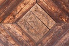 在老木头的被雕刻的花 免版税图库摄影