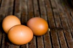 在老木头的静物画新鲜的鸡蛋 免版税库存照片
