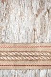 在老木头的绳索和硬件丝带 免版税库存图片
