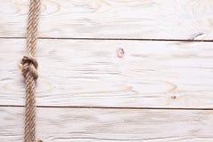 在老木头的水手的结。 免版税库存图片