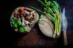 在老木头的绿色香菜 免版税库存照片