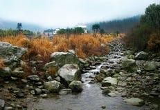 在老村庄前面的一点小河 免版税库存图片