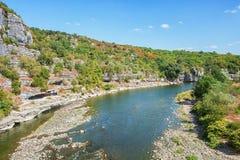 在老村庄巴拉聚克附近的河Ardeche在Ardeche地区 图库摄影
