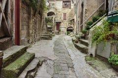 在老村庄,法国使被修补的街道狭窄 库存照片