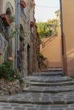 在老村庄Lyuseram使有花的被修补的街道狭窄, 库存图片
