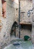 在老村庄Lyuseram使被修补的街道狭窄 免版税库存图片