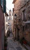 在老村庄Lyuseram使被修补的街道狭窄 库存图片
