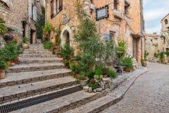 在老村庄Tourrettes使有花的被修补的街道狭窄 免版税图库摄影