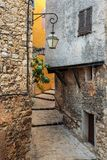 在老村庄Tourrettes使有花的被修补的街道狭窄 库存图片