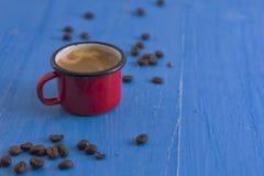 在老杯子的咖啡 免版税库存图片
