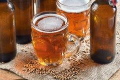 在老杯子的麦子啤酒 免版税库存图片
