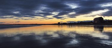 在老果树园海滩全景的日出 库存图片