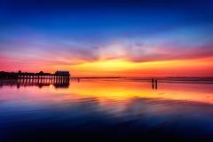 在老果树园海滩的黎明前天空 免版税库存图片