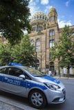 在老柏林犹太教堂德国前面的德国警车 免版税库存图片
