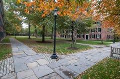 在老校园里的方形字体耶鲁大学的在秋天 库存图片