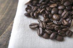 在老桌上的咖啡豆 免版税库存照片