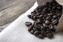 在老桌上的咖啡豆 图库摄影