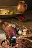 在老桌上的狩猎食物 免版税库存图片
