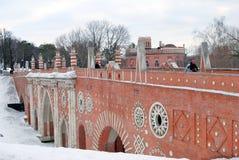 在老桥梁的人步行 雪前景 库存照片