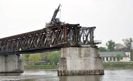 在老桥梁的起重机 库存图片