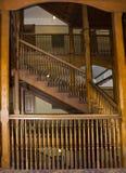 在老楼梯间的细长立柱 库存照片