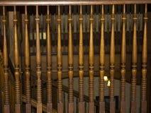 在老楼梯间的细长立柱 免版税库存图片