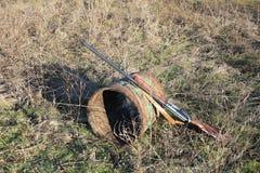 在老橡木桶的猎枪在领域 库存照片