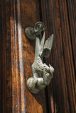 在老橡木门的Doorknocker 免版税库存图片