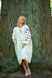 在老橡木附近的女孩 免版税库存照片